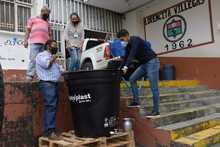Entrega de alcohol a IE de Santa Rosa